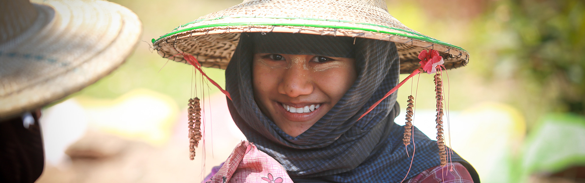 myanmar-smiling-woman-with-hat